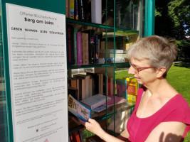 Nina Reitz (Sprecherin der SPD-BA-Fraktion) vor dem Bücherschrank in Berg am Laim.