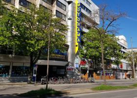 Radlständer, ehemals Kfz-Parkplatz vor dem Motorama in der Rosenheimer Straße (©NinaReitz)