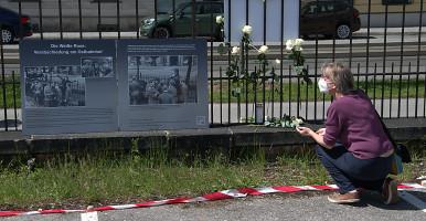 Nina Reitz beim Studium des Plakates