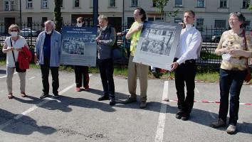 Einige Beteiligte aus dem Bezirksausschuss mit den Gedenkplakaten