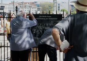 Befestigung der Gedenkplakate auf der Außenseite am Zaun