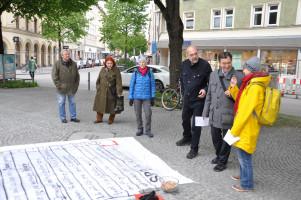 Passanten im Gespräch bei der Bodenzeitung, u.a. Stadtrat Haimo Liebich und BA Mitglied Nina Reitz