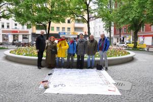 Personen stehen bei der Bodenzeitung (Gruppenfoto)