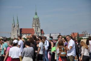 Demoteilnehmer, im Hintergrund die Kirche St. Paul