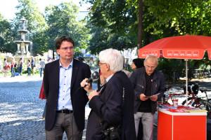MdL Florian v. Brunn im Gespräch am Infstand (©PeterMartl)