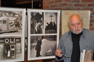 Hermann Wilhelm vor den Displays »Bunter Würfel«, »Karl Valentin« und »OLI Kino« (Halbnah)
