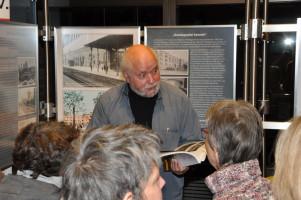 Hermann Wilhelm, Gruppe, vor Display »Gasteigspital besetzt« (Halbnah)