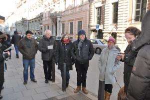 Gruppe am Bodendenkmal zur Erinnerung an die Ermordung Kurt Eisners durch den rechtsradikalen Grafen Arco