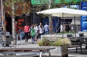 Eine Gruppe Jugendlicher auf dem Weg zum Graffiti-Workshop mit »Loomit«