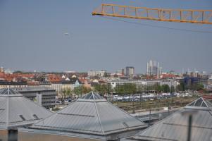Blick vom Dach, Prinzregententheater, Allianz Arena, Zeppelin über München, »Mae West«, St. Gabriel, diverse Hochhäuser, unter anderem Hypo-Hochhaus