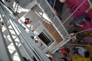Treppenhaus von oben, Graffitis von »Loomit«, Personen beim »Abstieg«