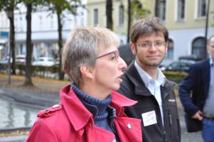 Nina Reitz (SPD-Fraktionssprecherin im BA Au-Haidhausen) eröffnet das Boule-Turnier, Jürgen Fernengel