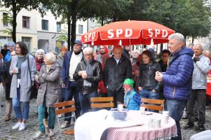 Viele Personen warten auf den Turnierbeginn, u.a. OB Dieter Reiter, roter SPD-Schirm