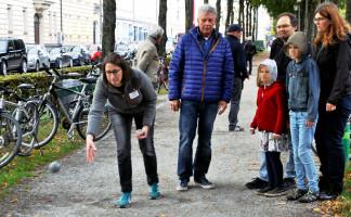 Das Spiel mit der Mannschaft von OB Reiter, Lena Sterzer am Wurf, beobachtet von den Mitspielern