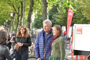 Eins von vielen Fotos, die sich Besucher mit OB Reiter gewünscht haben, im Hintergrund das elektrische Kampagnenfahrzeug der SPD München