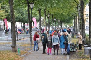 Totale vom Bordeauxplatz, Brunnen, SPD-Strandbanner, Personen im Gespräch und beim Spielen