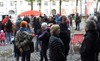 Viele Personen in Gesprächsrunden, u.a. Adelheid Dietz-Will (SPD), Vorsitzende des BA Au-Haidhausen (vorn Bildmitte)