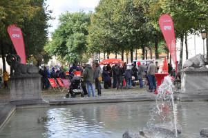 """Halbtotale über den Brunnen auf das """"Infozentrum"""" der SPD und der Turnierleitung, viele Personen"""