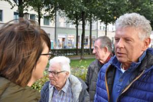 OB Reiter im Gespräch mit einer Besucherin