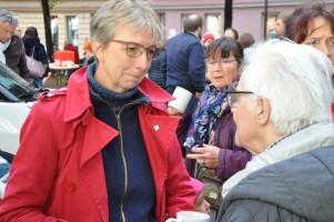 Nina Reitz (SPD-Fraktionssprecherin im BA Au-Haidhausen) im Gespräch mit einem Besucher