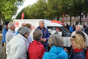 Besucherinnen und Besucher im Gespräch mit OB Dieter Reiter