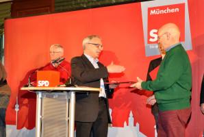 """Thomas Rottenkolber aus dem Ortsverein Haidhausen erhält von Roland Fischer die """"Thomas-Wimmer-Medaille"""""""