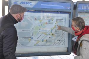 Andreas Schuster (Stadtrat) und Nina Reitz (BA) vor einem Umgebungsplan am Ostbahnhof ©PeterMartl