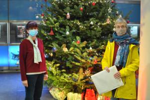 Silvia Arto (Mitarbeiterin des Sozialbürgerhauses) und Nina Reitz (SPD-Fraktion im Bezirksausschschuss) vor dem Christbaum im Eingang des Sozialbürgerhauses am Ostbahnhof