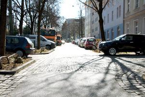 Parkplatz- statt Spielstraße, Blick durch die Lothringer Straße Richtung Orleansstraße(©PeterMartl)