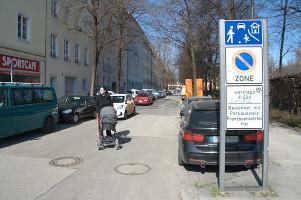 Lena Sterzer, stv. Bezirkausschussvorsitzende auf der Lothringer Straße an der Einmündung in die Orleanstraße(©PeterMartl)
