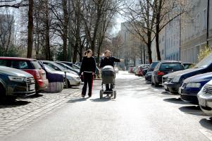 Lena Sterzer und Anno Dietz (beide Haidhauser SPD) in der Lothringer Straße(©PeterMartl)