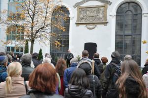 Besucher bei der Veranstaltung vor der noch nicht enthüllten Gedenktafel