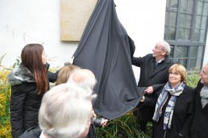Enthüllung der Tafel durch Kommunalreferentin Frank, Kulturreferent Küppers und BA-5-Vorsitzende Dietz-Will