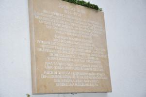 Gedenktafel, Text im Artikel zitiert