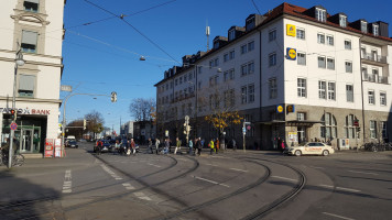 Viele Fußgänger überqueren gleichzeitig die Orleansstraße am Ostbahnhof vor »Lidl«
