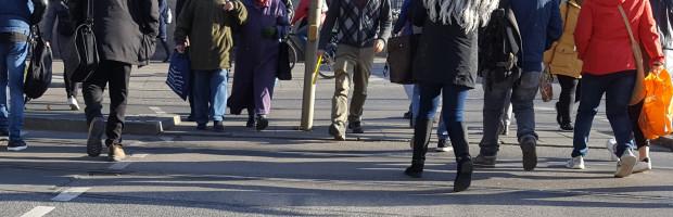 """Viele Fußgänger queren in beiden Richtungen die Orleansstraße vor dem »Lidl« (im Foto """"nur"""" Füße)."""