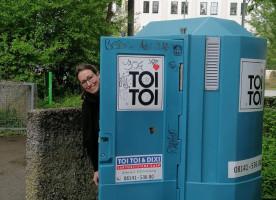 Lena Sterzer, stv. Bezirkausschussvorsitzende, mobile Toilette am Hypopark (©AnnoDietz)