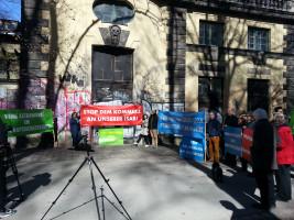 Demonstranten mit mehreren Transparenten vor dem Maxwerk