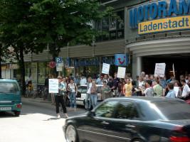 Protestaktion von Aktiven der Verkehrsverbände und des BA 5 im Jahr 2003(!) für eine Fußgängerampel am Motorama