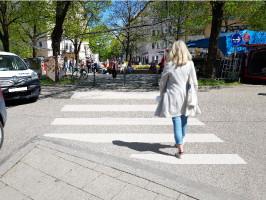 Montage Zebrastreifen mit Fußgängerin am Pariser Platz (©NinaReitz/ToniReitz)