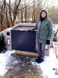 Lena Sterzer, stv. Bezirkausschussvorsitzende an der Sperre zur Treppenanlage (©Lena Sterzer)