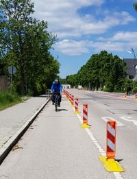 Ein Beispiel für eine Protected Bike Lane, aufgenommen im Landkreis München in Kirchheim