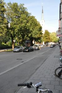 Kirchenstraße, im Hintergrund die alte Pfarrkirche St. Johann Baptist