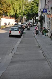 Kirchenstraße, Radweg und Passanten