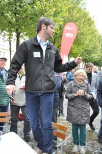 Jürgen Fernengel (steht auf Stuhl) erklärt den Turniermodus
