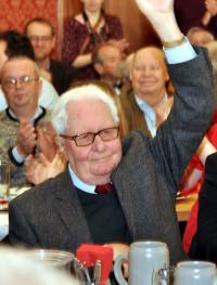 Hans-Jochen Vogel grüßt die Besucher