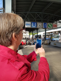 Frau bedient Smartphone am Ostbahnhof