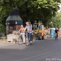 Nina Reitz und Peter Martl von der Haidhauser SPD radeln auf der zukünftigen Fahrradstraße