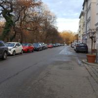 """Maria-Theresia-Straße, 30-km/h-Zone und breit genug für die Ausweisung als """"Fahrradstraße"""""""