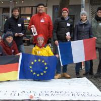 Haidhauser und Auer SPD-Mitglieder vor dem Bodenplakat in der Weißenburger Straße (©PeterMartl)